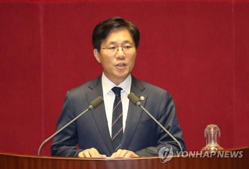 Sung Yun-mo, Minister of Trade, Industry and Energy, speaks during a parliamentary meeting at the National Assembly on Oct. 1, 2018. (Yonhap)