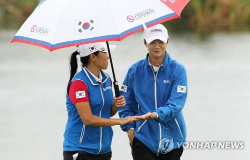 Kim In-kyung (L) and Park Sung-hyun of South Korea celebrate Park's birdie at the second hole during the third round of the UL International Crown at Jack Nicklaus Golf Club Korea in Incheon, 40 kilometers west of Seoul, on Oct. 5, 2018, in this photo provided by the tournament organizers. (Yonhap)
