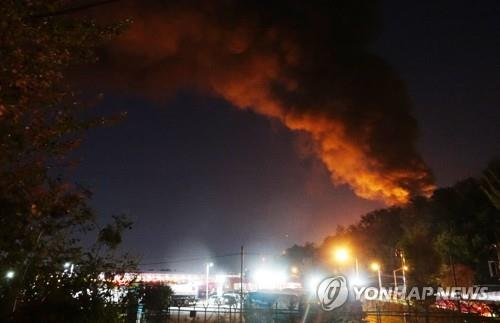 Smoke rises from a fire at an oil storage tank in Goyang, north of Seoul, on Oct. 7, 2018. (Yonhap)