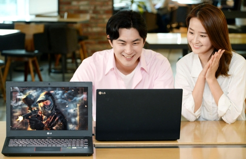Models pose with LG Electronics Inc.'s 15G880 gaming laptop in this photo released by the company on Oct. 10, 2018. (Yonhap)