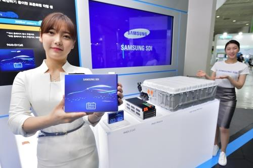 Models pose for a photo at the booth of Samsung SDI Co. at the InterBattery 2018 exhibition in Seoul on Oct. 10, 2018. (Yonhap)