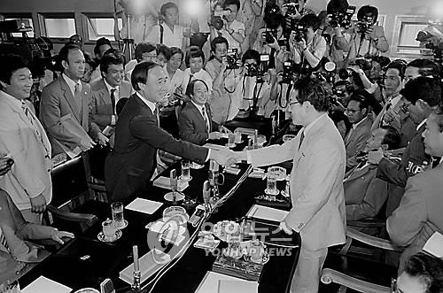 This file photo, taken July 23, 1985, shows Kwon Jung-dal (L), a former South Korean lawmaker, shaking hands with his North Korean counterpart, Jon Kum-chol (R), at the truce village of Panmunjom before conducting preliminary contact for an inter-Korean parliamentary meeting. (Yonhap)