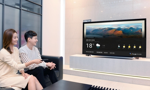 Models demonstrate the Google Assistant voice recognition program on an LG Electronics Inc. TV in this photo provided by LG on Oct. 11, 2018. (Yonhap)