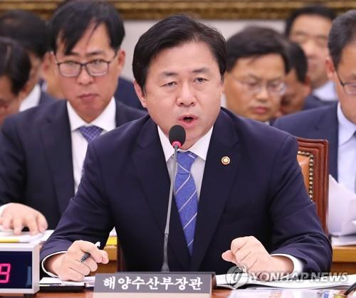 Kim Youg-choon, South Korean minister of oceans and fisheries, speaks during a parliamentary audit held at the National Assembly in Seoul on Oct. 11, 2018. (Yonhap)