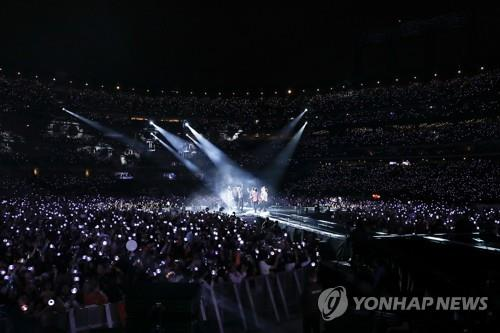 "In this photo provided by Big Hit Entertainment, BTS performs at New York City's Citi Field as part of its world tour titled ""Love Yourself"" on Oct. 6, 2018. (Yonhap)"