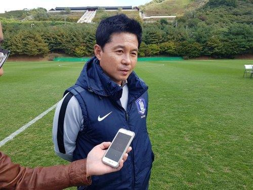 South Korea national women's under-17 football team head coach Hur Jung-jae speaks to reporters at the National Football Center in Paju, north of Seoul, on Oct. 11, 2018. (Yonhap)