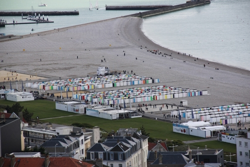 """This photo courtesy of Platform-L Contemporary Art Center shows the installation """"Colours on the Beach, 2017."""" (Yonhap)"""