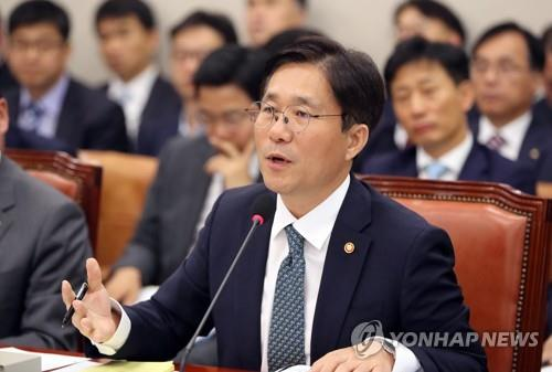 Sung Yun-mo, minister of trade, industry and energy, answers questions from lawmakers during a parliamentary audit held at the National Assembly in Seoul on Oct. 11, 2018. (Yonhap)
