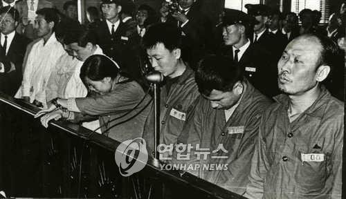 This undated file photo shows North Korean defector Lee Su-kun (R) standing trial in Seoul in 1969. (Yonhap)