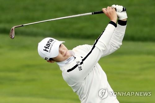 Park Sung-hyun of South Korea watches her second shot at the ninth hole during the first round of the LPGA KEB Hana Bank Championship at Sky 72 Golf Club's Ocean Course in Incheon, 40 kilometers west of Seoul, on Oct. 11, 2018. (Yonhap)