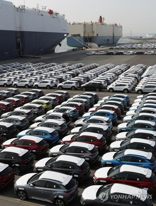 This file photo taken on March 26, 2018, shows Hyundai Motor cars waiting to be shipped at a pier in the southeastern industrial city of Ulsan. (Yonhap)