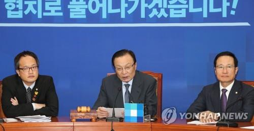 This photo taken on Oct. 12, 2018, shows Lee Hae-chan (C), the chief of the ruling Democratic Party, speaking at a meeting with senior party members. (Yonhap)