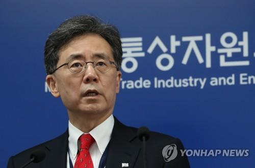 South Korean trade minister Kim Hyun-chong answers questions during a press briefing held at the government complex in Sejong on Oct. 1, 2018. (Yonhap)
