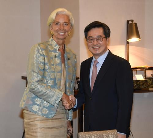 This photo provided by the finance ministry shows South Korean Finance Minister Kim Dong-yeon (R) shaking hands with International Monetary Fund chief Christine Lagarde during a meeting on the Indonesian resort island of Bali on Oct. 13, 2018. (Yonhap)