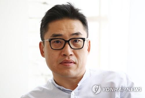 """Director Kim Sung-hoon of """"Rampant"""" poses for a photo during an interview with Yonhap News Agency at a cafe in Seoul on Oct. 23, 2018. (Yonhap)"""