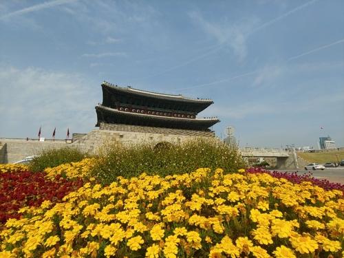 This photo taken on Oct. 22, 2018, shows Janganmun, the main gate of Suwon Hwaseong Fortress. (Yonhap)