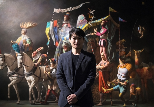 """This undated photo provided by Gallery Hyundai shows artist Park Min-joon standing in front of """"Parade for Rapo."""" (Yonhap)"""