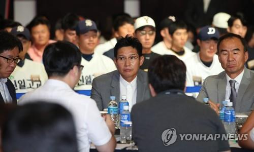 In this file photo from Sept. 10, 2018, Yeom Kyung-yup (C), general manager of the SK Wyverns, attends the annual rookie draft at the Korea Baseball Organization in Seoul. (Yonhap)