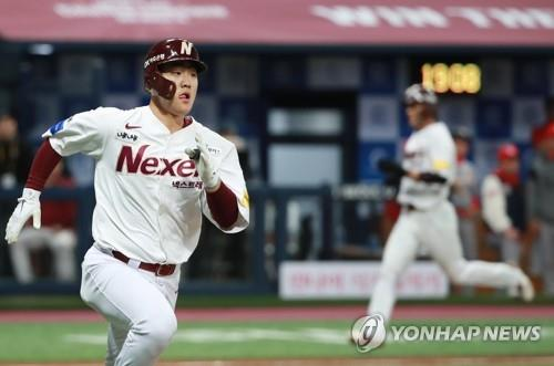 Joo Hyo-sang of the Nexen Heroes runs to first base after hitting a two-run single against the SK Wyverns in the bottom of the second inning of Game 3 of the second round playoff series in the Korea Baseball Organization at Gocheok Sky Dome in Seoul on Oct. 30, 2018. (Yonhap)