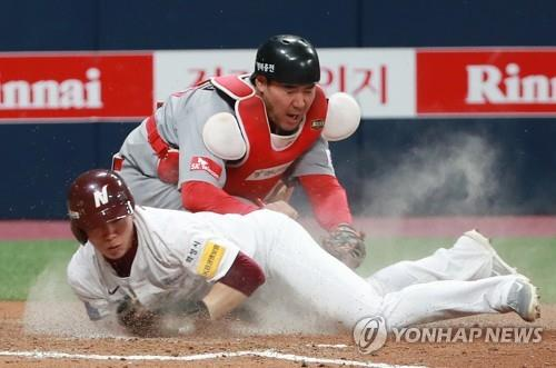 Kim Hye-seong of the Nexen Heroes (L) scores the go-ahead run against the SK Wyverns in the bottom of the fifth inning of Game 3 of the second round playoff series in the Korea Baseball Organization at Gocheok Sky Dome in Seoul on Oct. 30, 2018. (Yonhap)