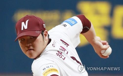 Han Hyun-hee of the Nexen Heroes throws a pitch against the SK Wyverns in the top of the first inning of Game 3 of the second round playoff series in the Korea Baseball Organization at Gocheok Sky Dome in Seoul on Oct. 30, 2018. (Yonhap)
