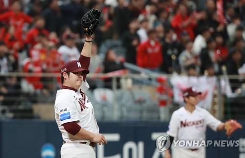 Han Hyun-hee of the Nexen Heroes salutes right fielder Jerry Sands following a catch at the warning track against the SK Wyverns in the top of the fifth inning of Game 3 of the second round playoff series in the Korea Baseball Organization at Gocheok Sky Dome in Seoul on Oct. 30, 2018. (Yonhap)