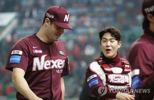 Jake Brigham (L) and Joo Hyo-sang of the Nexen Heroes return to the dugout after the bottom of the fifth inning against the SK Wyverns in Game 5 of the second round playoff series in the Korea Baseball Organization at SK Happy Dream Park in Incheon, 40 kilometers west of Seoul, on Nov. 2, 2018. (Yonhap)
