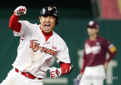 Kim Kang-min of the SK Wyverns celebrates his RBI double against the Nexen Heroes in the bottom of the eighth inning of Game 5 of the second round playoff series in the Korea Baseball Organization at SK Happy Dream Park in Incheon, 40 kilometers west of Seoul, on Nov. 2, 2018. (Yonhap)