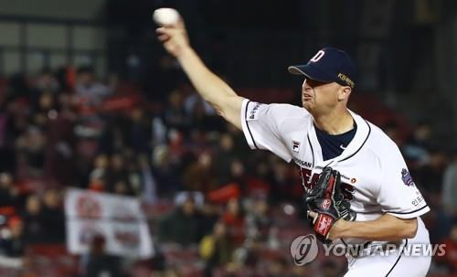 Seth Frankoff of the Doosan Bears throws a pitch against the SK Wyverns in the top of the first inning of Game 2 of the Korean Series at Jamsil Stadium in Seoul on Nov. 5, 2018. (Yonhap)