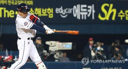Yang Eui-ji of the Doosan Bears gets an RBI single against the SK Wyverns in the bottom of the fourth inning of Game 2 of the Korean Series at Jamsil Stadium in Seoul on Nov. 5, 2018. (Yonhap)