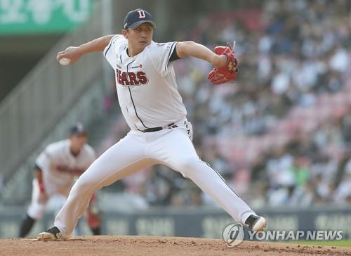 In this file photo from Oct. 13, 2018, Lee Yong-chan of the Doosan Bears throws a pitch against the KT Wiz in a Korea Baseball Organization regular season game at Jamsil Stadium in Seoul. (Yonhap)