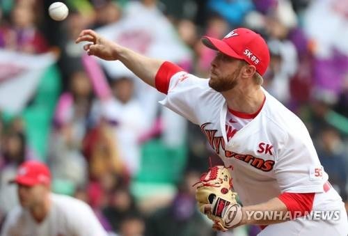 In this file photo from Oct. 28, 2018, Merrill Kelly of the SK Wyverns throws a pitch against the Nexen Heroes in the top of the first inning of Game 2 of the second round playoff series in the Korea Baseball Organization at SK Happy Dream Park in Incheon, 40 kilometers west of Seoul. (Yonhap)