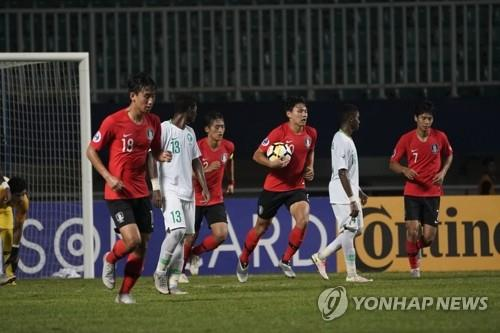 In this photo provided by the Asian Football Confederation, Cho Young-wook of South Korea carries the ball to the penalty spot after drawing the spot kick against Saudi Arabia during the final of the AFC U-19 Championship at Pakansari Stadium in Cibinong, Indonesia, on Nov. 4, 2018. (Yonhap)