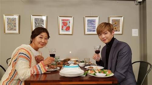 A still image provided by tvN shows actor Ra Mi-ran (L) and Kang Daniel. (Yonhap)