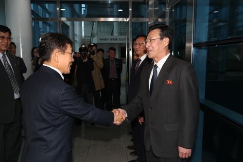 South Korea's Vice Health Minister Kwon Deok-cheol (L) shakes hands with his North Korean counterpart, Pak Myong-su, on Nov. 7, 2018 (pool photo) (Yonhap)