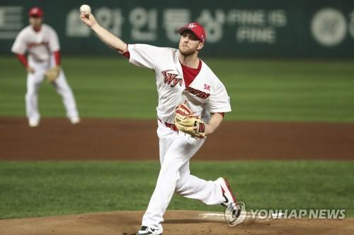 Merrill Kelly of the SK Wyverns throws a pitch against the Doosan Bears in the top of the first inning of Game 3 of the Korean Series at SK Happy Dream Park in Incheon, 40 kilometers west of Seoul, on Nov. 7, 2018. (Yonhap)