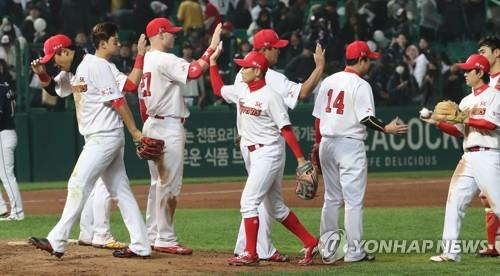 Players of the SK Wyverns celebrate their 7-2 victory over the Doosan Bears in Game 3 of the Korean Series at SK Happy Dream Park in Incheon, 40 kilometers west of Seoul, on Nov. 7, 2018. (Yonhap)