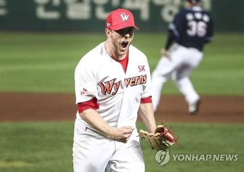 Merrill Kelly of the SK Wyverns lets out a scream after getting out of a bases-loaded jam against the Doosan Bears in the top of the sixth inning of Game 3 of the Korean Series at SK Happy Dream Park in Incheon, 40 kilometers west of Seoul, on Nov. 7, 2018. (Yonhap)