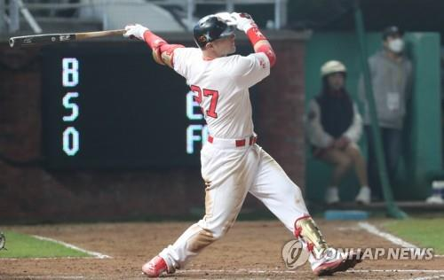 Jamie Romak of the SK Wyverns hits a solo home run against the Doosan Bears in the bottom of the eighth inning of Game 3 of the Korean Series at SK Happy Dream Park in Incheon, 40 kilometers west of Seoul, on Nov. 7, 2018. (Yonhap)