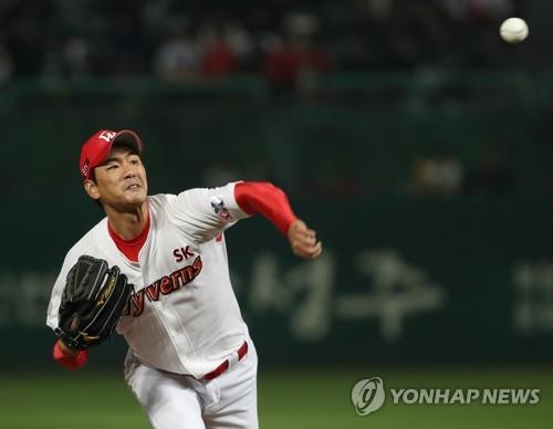 In this file photo from Nov. 2, 2018, Kim Kwang-hyun of the SK Wyverns throws a pitch against the Nexen Heroes in Game 5 of the second round playoff series in the Korea Baseball Organization at SK Happy Dream Park in Incheon, 40 kilometers west of Seoul. (Yonhap)
