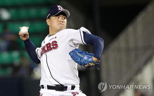 In this file photo from Sept. 14, 2018, Lee Young-ha of the Doosan Bears throws a pitch against the KT Wiz in a Korea Baseball Organization regular season game at Jamsil Stadium in Seoul. (Yonhap)