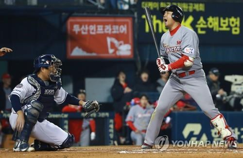 Choi Jeong of the SK Wyverns (R) reacts to a strike three call against the Doosan Bears in the top of the seventh inning of Game 2 of the Korean Series at Jamsil Stadium in Seoul on Nov. 5, 2018. (Yonhap)