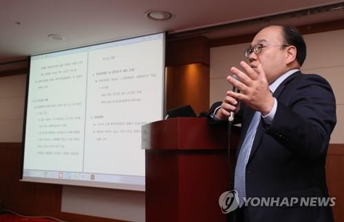 In this file photo from Oct. 1, 2018, Kim Sun-woong, secretary general of the Korea Professional Baseball Players Association (KPBPA), speaks at a press conference in Seoul on changes to free agency in the Korea Baseball Organization (KBO) as proposed by the league office. The KPBPA rejected the KBO's proposals on the grounds that they wouldn't have the desired effects. (Yonhap)