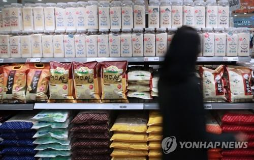 A shopper passes by the rice section in a large discount chain in Seoul on Oct. 22, 2018. (Yonhap)