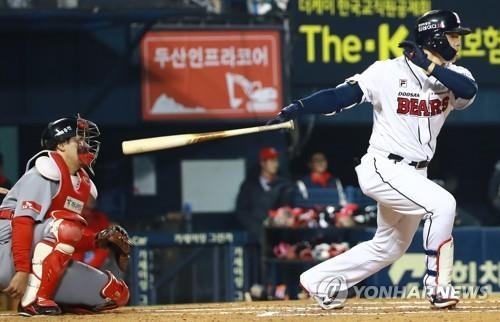 Kim Jae-hwan of the Doosan Bears hits a double against the SK Wyverns in the bottom of the second inning of Game 2 of the Korean Series at Jamsil Stadium in Seoul on Nov. 5, 2018. (Yonhap)