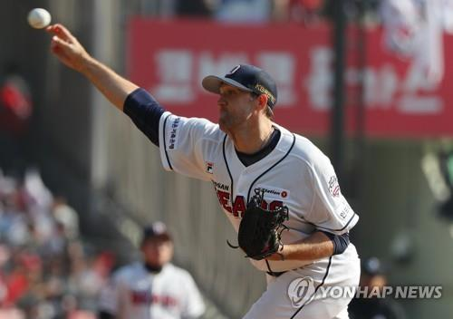 Josh Lindblom of the Doosan Bears throws a pitch against the SK Wyverns in Game 1 of the Korean Series at Jamsil Stadium in Seoul on Nov. 4, 2018. (Yonhap)