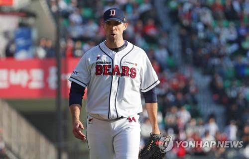 Josh Lindblom of the Doosan Bears returns to the dugout after the top of the fourth inning against the SK Wyverns in Game 1 of the Korean Series at Jamsil Stadium in Seoul on Nov. 4, 2018. (Yonhap)