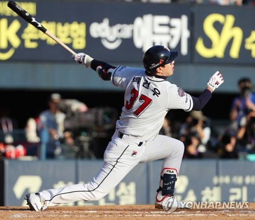 Park Kun-woo of the Doosan Bears goes down swinging against Angel Sanchez of the SK Wyverns in the bottom of the sixth inning of Game 1 of the Korean Series at Jamsil Stadium in Seoul on Nov. 4, 2018. (Yonhap)