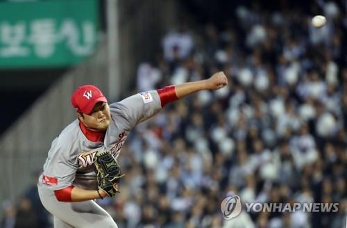 Kim Tae-hoon of the SK Wyverns throws a pitch against the Doosan Bears in the bottom of the eighth inning of Game 1 of the Korean Series at Jamsil Stadium in Seoul on Nov. 4, 2018. (Yonhap)