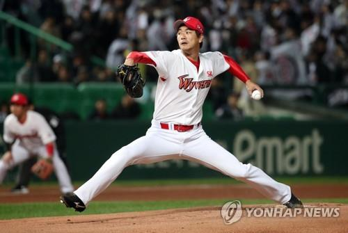 Kim Kwang-hyun of the SK Wyverns throws a pitch against the Doosan Bears in Game 4 of the Korean Series at SK Happy Dream Park in Incheon, 40 kilometers west of Seoul, on Nov. 9, 2018. (Yonhap)